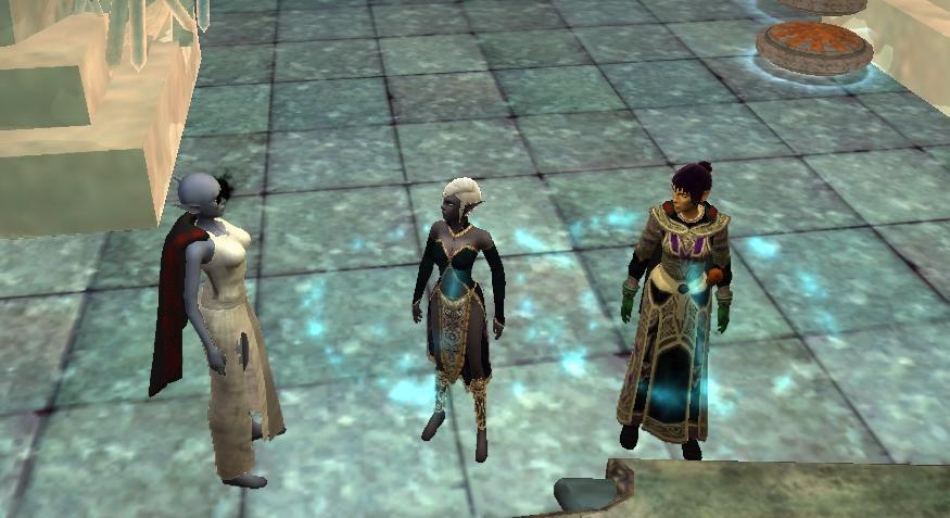 Jak wiadomo, tam gdzie zakupy, tam i mozna spotkać plotkujące kobiety. Od lewej: Galadriela (oj czas najwyższy kupić nowe modne szmatki), Nayati - nadworna krawcowa i pierwsza modnisia w Norrath oraz Florka, nasz doradca ds. obecnych trendów w modzie.